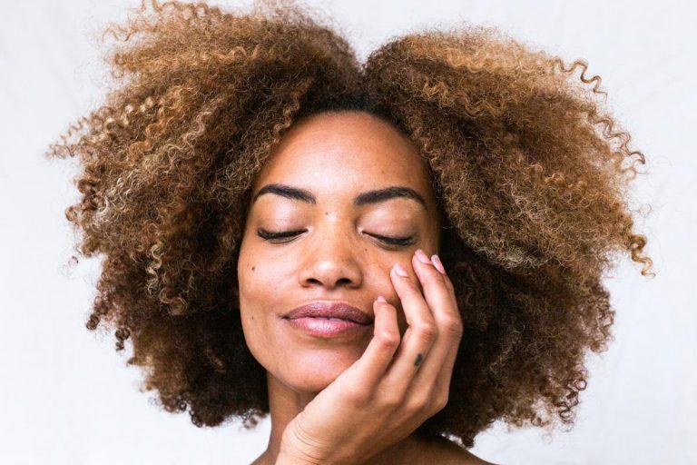 Nakładanie henny na włosy może wydawać się skomplikowane