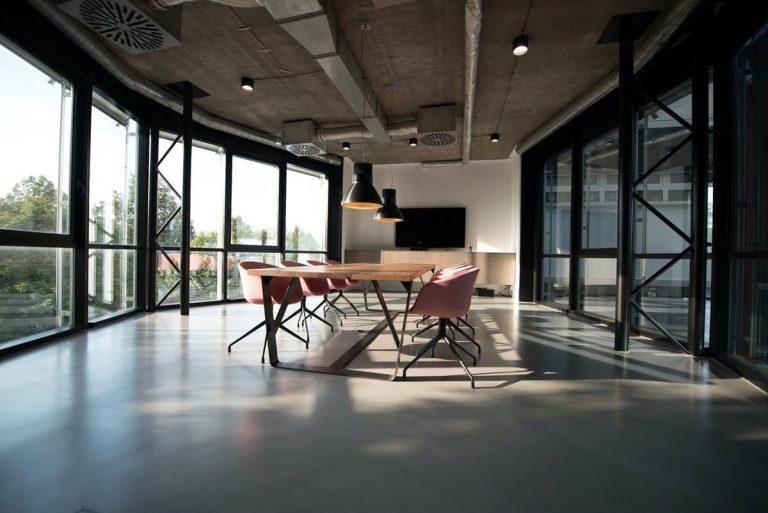 Wysprzątane biuro stwarza pozytywny i profesjonalny wygląd