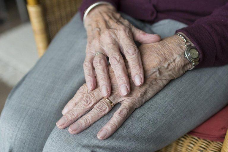 W domach opieki osoby starsze otrzymają pomoc w codziennych obowiązkach